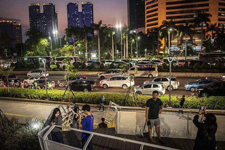 Foto dirilis Jumat (6/3/2020), memperlihatkan sejumlah warga menikmati suasana kota Jakarta dari kawasan Taman Spot Budaya Dukuh Atas, Jakarta. Kenyamanan dan keselamatan bagi seluruh pejalan kaki di Jakarta hadir melalui pembangunan dan revitalisasi jalur-jalur pedestrian sebagai bagian dalam mendukung gerakan pejalan kaki.