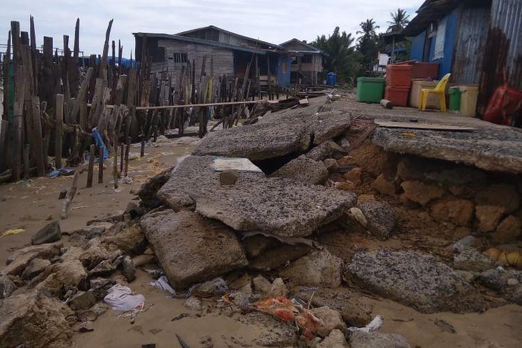 Abrasi pantai Pulau Sebatik sudah mencapai pertengahan kampung warga pesisir Desa Tanjung Aru. Abrasi terjadi sejak 2014, data terakhir BPBD Nunukan yang dibukukan pada Februari 2020 sekitar 969 hektar garis pantai tergerus ombak.