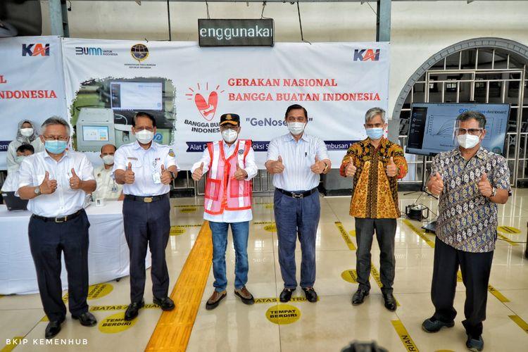 Menteri Koordinator Bidang Maritim dan Investasi Luhut Binsar Pandjaitan bersama Menteri Perhubungan Budi Karya Sumadi usai memantau penerapan alat pendeteksi Covid-19 GeNose di Stasiun Senen, Jakarta, Sabtu (23/1/2021).