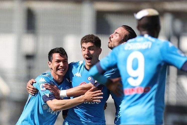 Hirving Rodrigo Lozano (kiri) saat merayakan gol pada laga pekan ke-35 Liga Italia yang mempertemukan Spezia vs Napoli di Stadion Alberto Picco pada Sabtu (8/5/2021).