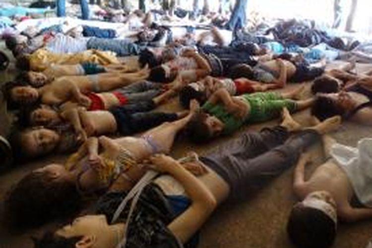 Para korban serangan udara Pemerintah Berkuasa Suriah, Rabu (21/8/2013) dini hari. Tak terlihat darah pada para korban tewas ini. - / SHAAM NEWS NETWORK / AFP