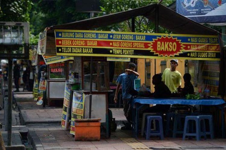 Pedagang kaki lima menjajakan dagangan di trotoar Jalan Malioboro, Yogyakarta, Jumat (15/4/2016).