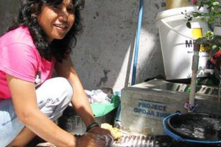 Sama seperti kota lainnya di dunia, Jakarta juga tak lepas dari berbagai masalah kependudukan. Tak sedikit masyarakat berpenghasilan rendah (MBR) ikut mengadu nasib di sini walaupun dengan segala keterbatasan, termasuk urusan air bersih.