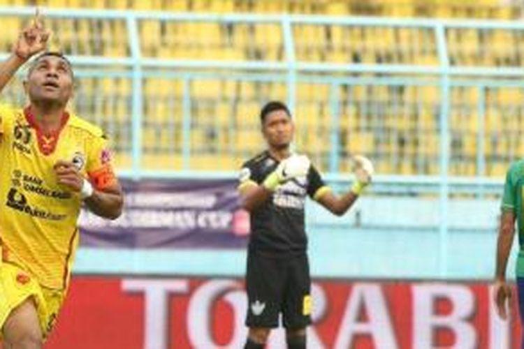 Penyerang Sriwijaya FC, Titus Bonai, merayakan golnya kala melawan Persegres di Piala Jenderal Sudirman, 19 November 2015