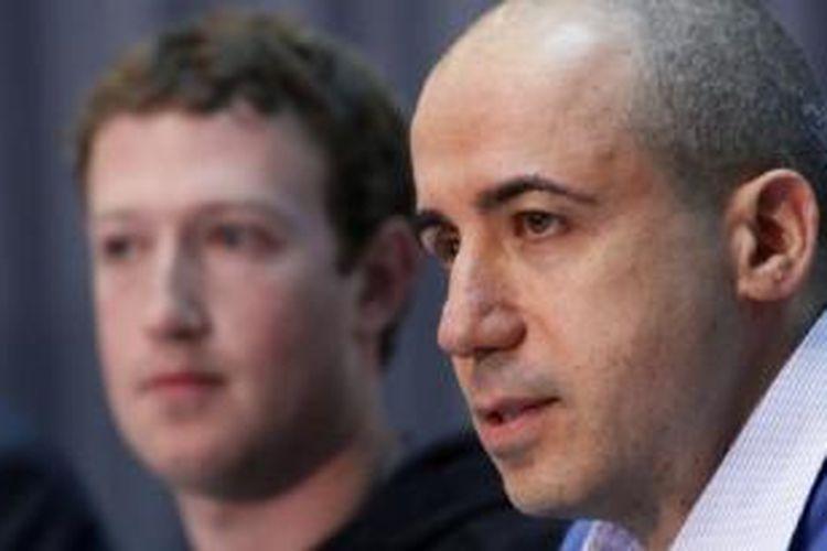 Pengusaha Rusia Yuri Milner (kanan) dengan CEO Facebook, Mark Zuckerberg