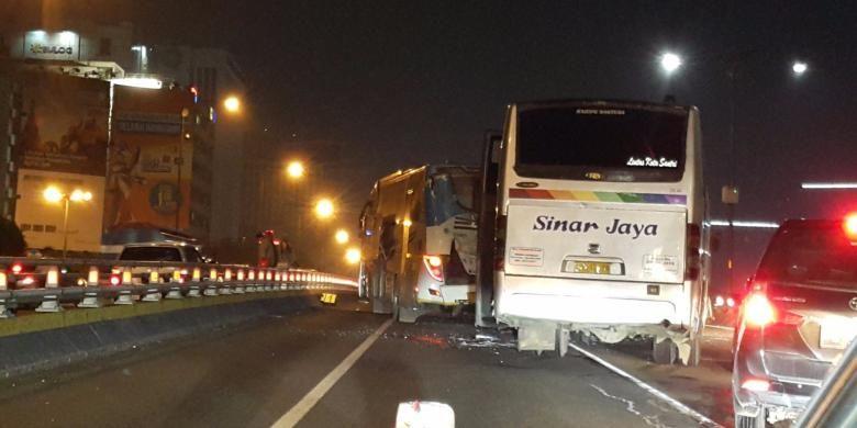 Kecelakaan antara bus Damri dan bus Sinar Jaya di Tol Kuningan, Jakarta, Minggu (10/7/2016) dini hari. FOTO: Ditlantas Polda Metro Jaya
