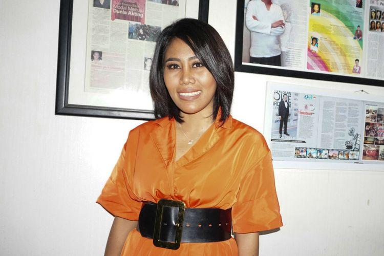 Penyanyi dangdut Evi Masamba saat diabadikan di kawasan Rasuna Said, Kuningan, Jakarta Selatan, Rabu (28/3/2018).