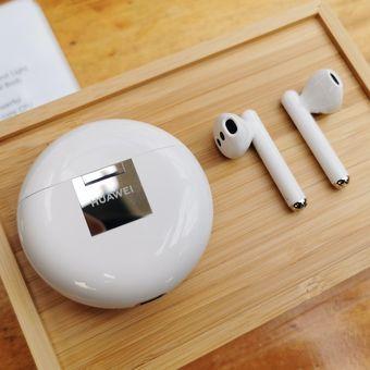Eartphone wireless Huawei FreeBuds 3 bersama casing penyimpanan yang sekaligus berperan sebagai pengisi baterai.