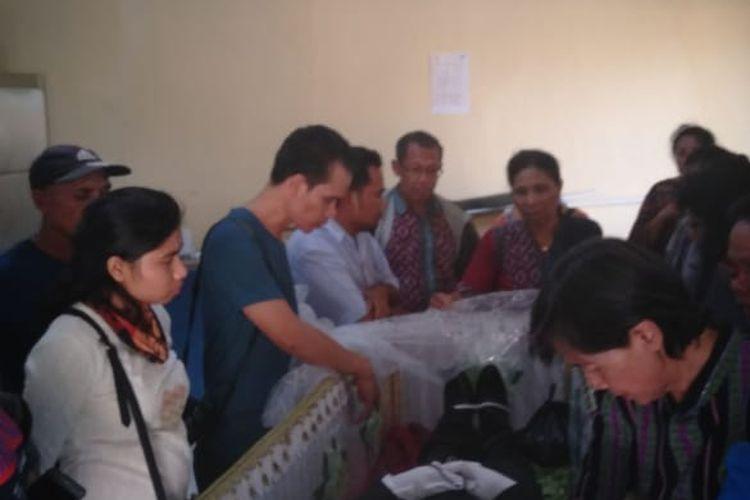 Jenazah Rektor Universitas Negeri Timor (Unimor) Kefamenanu, Kabupaten Timor Tengah Utara (TTU), Nusa Tenggara Timur, Arnoldus Klau Berek, saat berada di kamar jenazah Rumah Sakit Bhayangkara Kupang, Kamis (28/11/2019)