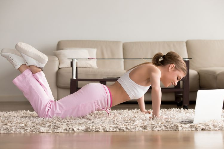 Bagi pemula, kuasai terlebih dahulu cara push up modifikasi, seperti kneeling push up (bertumpu pada lutut), sebelum mencoba push up biasa.