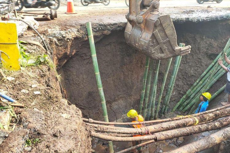 Pipa saluran air minum transmisi Cisangkuy lama milik Perusahaan Daerah Air Minum (PDAM) Kota Bandung mengalami kebocoran.