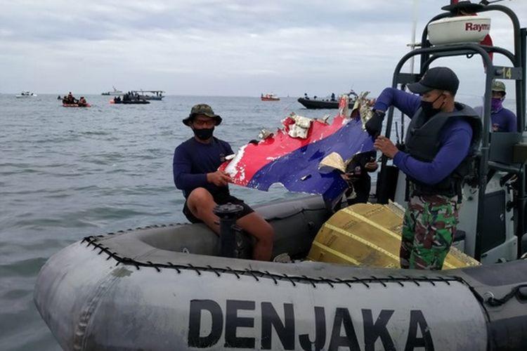 Tim SAR Gabungan dari Detasemen Jalamangkara (Denjaka) TNI AL menemukan serpihan pesawat Sriwijaya Air di antara pulau Laki dan Pulau Lacang Perairan Kepulauan Seribu, Jakarta, Minggu (10/01/2021) pagi.