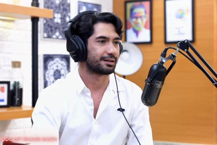 Reza Rahadian sedang berbincang dengan Sandiaga Uno. (Bidikan layar YouTube Podcast Ruang Sandi).