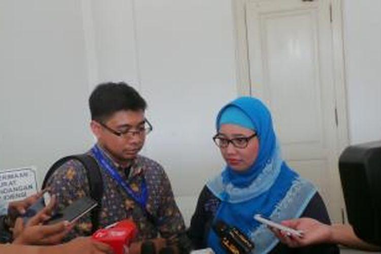 Guru SMA 13 Retno Listyarti dan Tim kuasa hukum Retno dari LBH Jakarta, Matthew saat menyampaikan surat keberatan kepada Gubernur DKI Jakarta Basuki Tjahaja Purnama, di Balai Kota, Senin (18/5/2015).