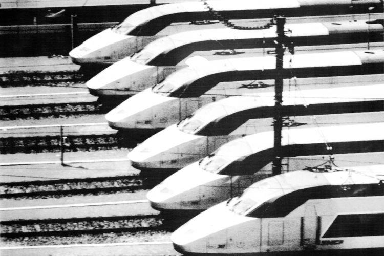 Kereta api super cepat buatan Perancis, TGV, yang mampu lari dengan kecepatan 200 mil per jam (sekitar 350 km/jam) akhirnya memenangkan penawaran yang dibuka pemerintah AS. Kereta api ini akan menjalani rute Houston-Dallas yang jaraknya 250 mil (375 km). Seandainya kereta macam ini ada di sini, jarak Jakarta-Surabaya tidak perlu ditempuh setengah hari, tapi cukup dua setengah jam saja.