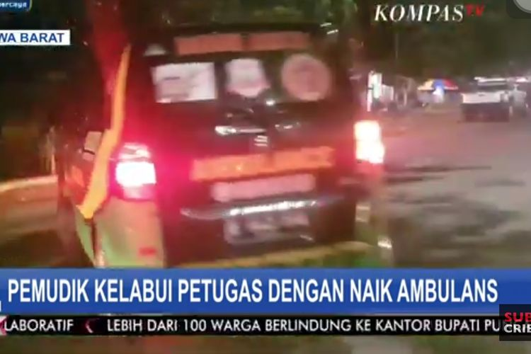 A Kompas TV screenshot of an ambulance stopped in Bekasi, West Java for carrying homebound holiday travelers in Bekasi, West Java Friday  (7/5/2021).
