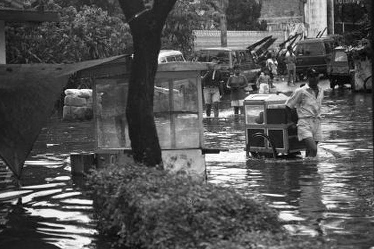 Hingga April menjelang berakhir, banjir masih bebeapa kali memacetkan dan merepotkan warga Jakarta, seperti terjadi pada Senin (22 April 1996).