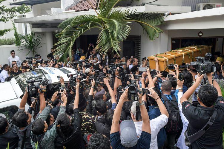 Sejumlah kerabat mengangkat peti jenazah almarhum KH Salahuddin Wahid atau Gus Sholah di rumah duka di kawasan Mampang Prapatan, Jakarta, Senin (3/2/2020).   Pengasuh pondok pesantren Tebuireng, Gus Sholah meninggal dunia pada hari Minggu (2/2/2020) pukul 20.55 WIB setelah menjalani perawatan pascaoperasi jantung di Rumah Sakit Jantung Harapan Kita, Jakarta dan akan dimakamkan di kompleks pemakaman keluarga yang berada di dalam kawasan Pesantren Tebuireng, Jawa Timur. ANTARA FOTO/Galih Pradipta