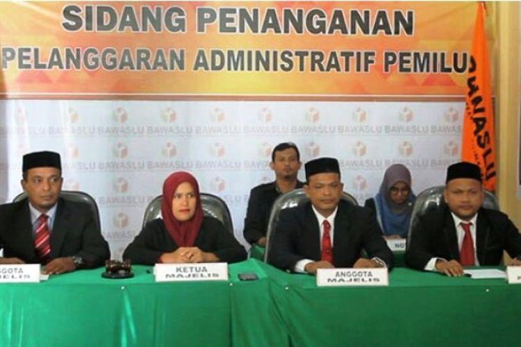 Komisioner Panwaslih Aceh Utara, menggelar sidang administrasi untuk dugaan pelanggaran Pemilu di sekretariat lembaga itu, Desa Lhoksukon, Kecamatan Lhoksukon, Aceh Utara, Rabu (13/2/2019)