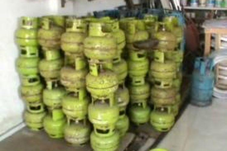 Jelang lebaran harga elpiji di polewali mandar sulawesi bara langka di berbagai pangkalan dan pengecer. Tak hanya langka harganya pun kini naik dari harga biasnaya.