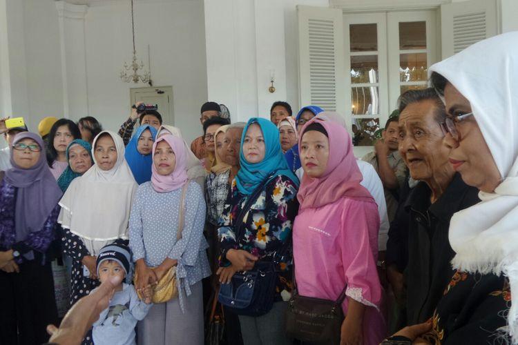 Warga Bukit Duri di Balai Kota DKI Jakarta, Jumat (27/10/2017).