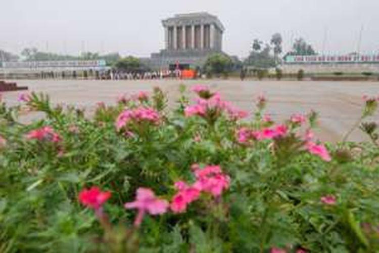 Mausoleum Ho Chi Minh terletak di tengah Lapangan Ba Dinh, Kota Hanoi, Vietnam.