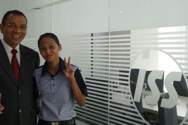 President Director & CEO ISS Indonesia Elisa Lumbantoruan dan pegawainya, Karlina yang bertugas sebagai cleaning service, Rabu (11/5/2016).