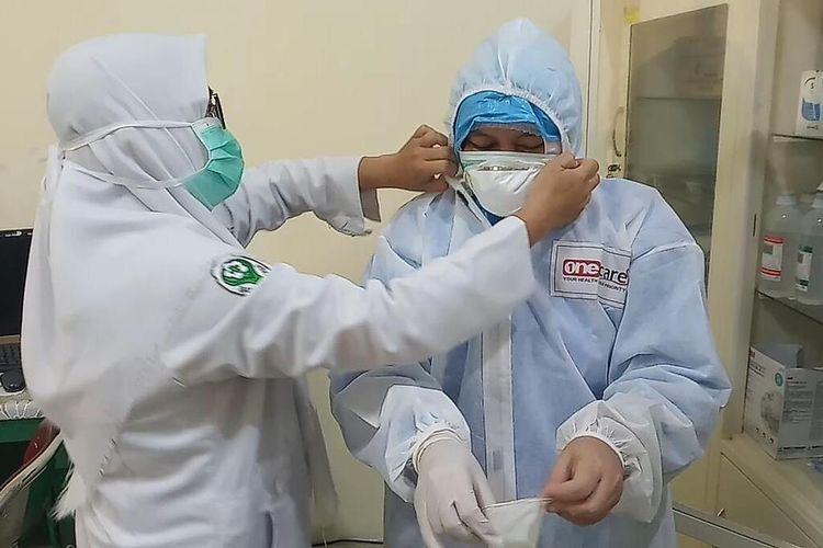 Nining (45), salah seorang perawat khusus pasien covid-19 RSUD Soekardjo Tasikmalaya sebagai salah satu Kartini masa kini di masa pandemi corona, Selasa (21/4/2020).