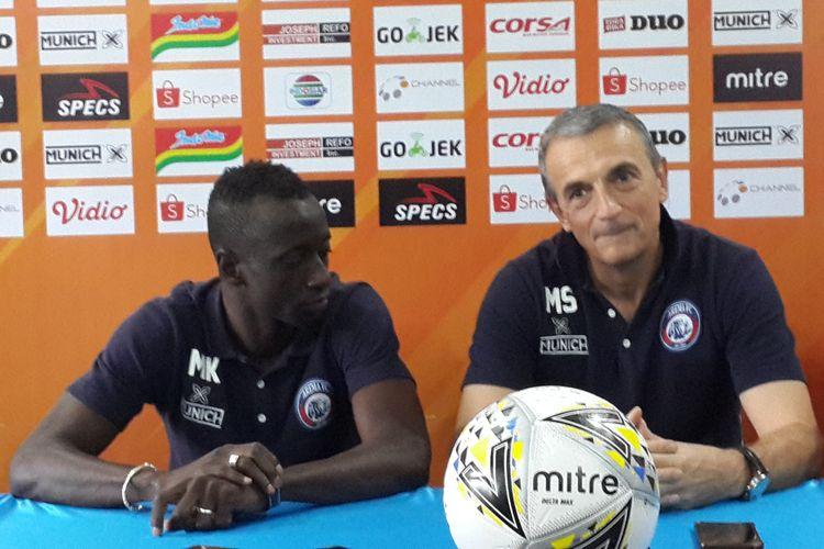 Pelatih Arema FC Milomir Seslija bersama Makan Konate dalam konferensi pers di Kantor Arema FC, Senin (15/7/2019)
