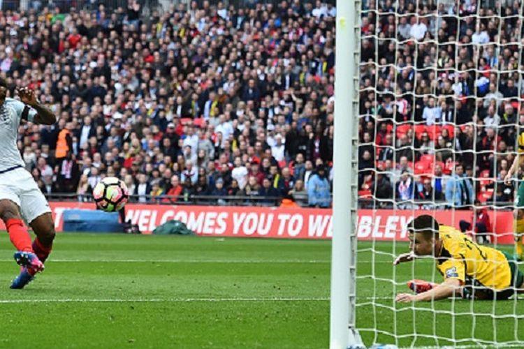 Jermain Defoe mencetak gol pembuka Inggris ke gawang Lithuania pada pertandingan Kualifikasi Piala Dunia 2018 di Stadion Wembley, Minggu (26/3/2017).