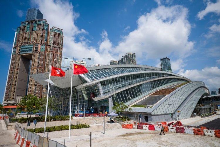Bendera Hong Kong dan China terlihat dikibarkan di luar stasiun kereta West Kowloon. (AFP/Anthony Wallace)