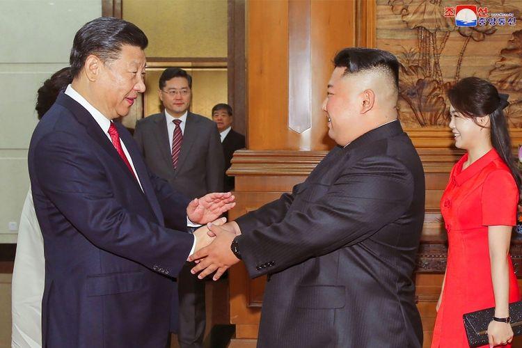 Foto yang dirilis kantor berita Korea Utara, KCNA, bertanggal 20 Juni 2018, menunjukkan Presiden China Xi Jinping (kiri) yang bersalaman dengan Pemimpin Korea Utara Kim Jong Un.