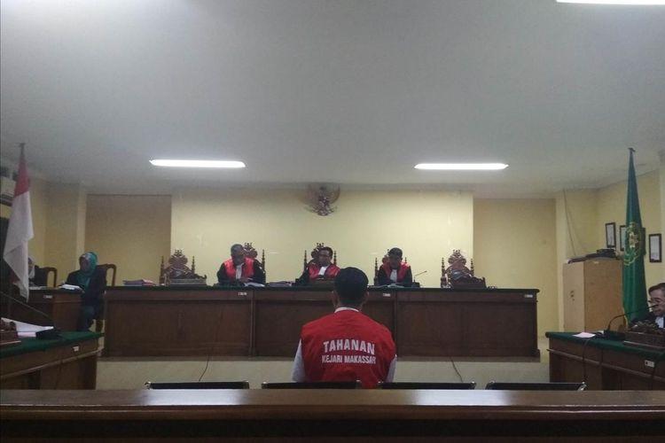 Muhammad Rusdi (21), terdakwa pembunuhan taruna tingkat 1 ATKP Makassar saat memberikan kesaksian di depan majelis hakim yang digelar di Pengadilan Negeri Makassar, Rabu (10/7/2019).
