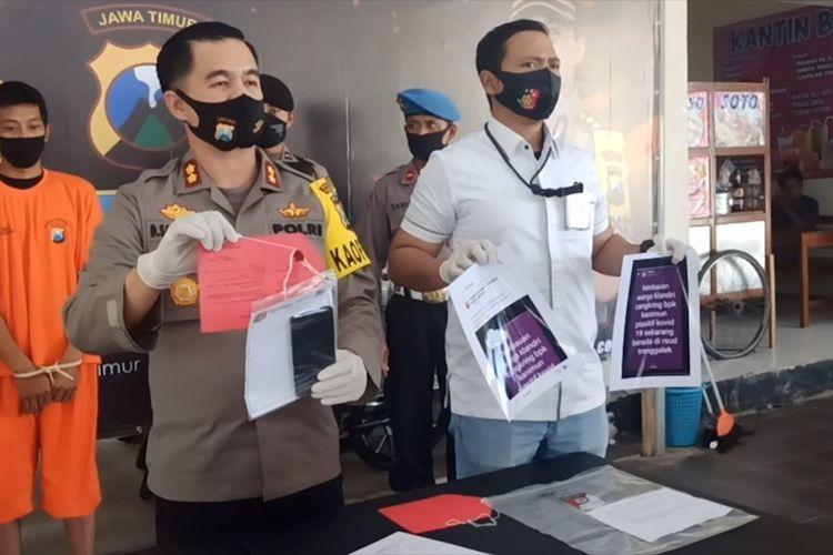 Kapolres Trenggalek (baju dinas) menunjukkan barang bukti berikut tersangka (baju orange), dalam pers rilis ungkap kasus penyebaran berita bohong di Polres Trenggalek Jawa Timur, Kamis (25/06/2020).