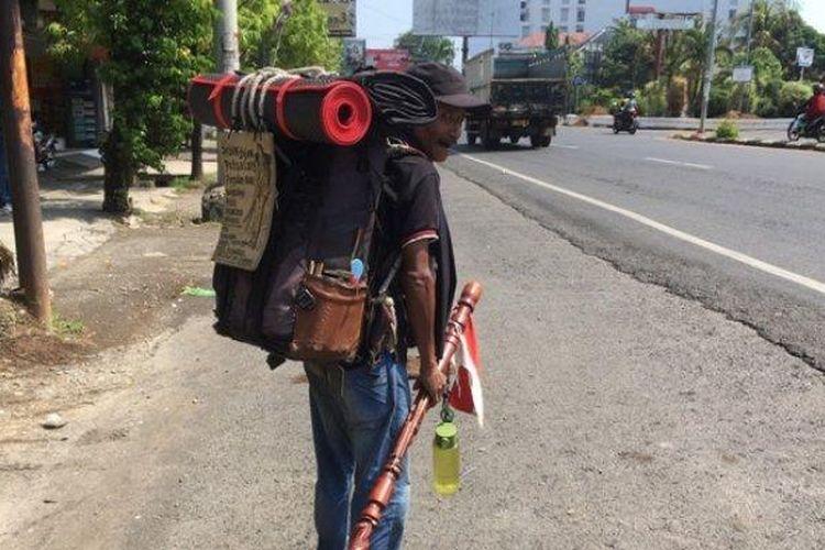 Pak De Sutiyo saat melintas di Kota Pekalongan, Minggu (16/6/2019)