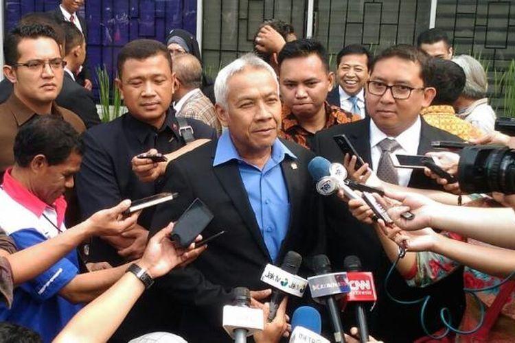 Wakil Ketua DPR RI Agus Hermanto (kemeja biru) di Kompleks Parlemen, Senayan, Jakarta, Selasa (24/1/2017).