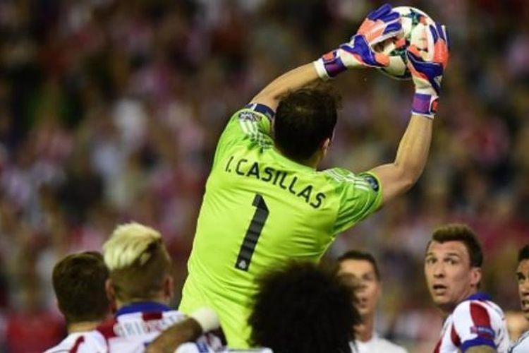 Kiper Real Madrid, Iker Casillas, menangkap bola dalam pertandingan leg pertama perempat final Liga Champions melawan Atletico Madrid di Stadion Vicente Calderon, Selasa atau Rabu (15/4/2015) dini hari WIB.