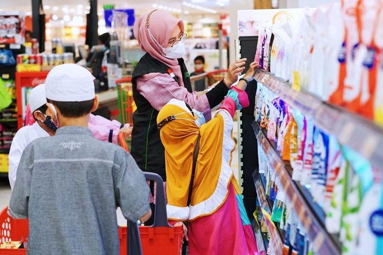 Dompet Dhuafa dan Lulu Hypermarket ajak 20 anak yatim berbelanja kebutuhan lebaran di The Park Mall Sawangan, pada Minggu (9/5/2021). Kegiatan tersebut menjadi kado dari para donatur untuk anak-anak yatim dan dhuafa jelang Hari Raya Idul Fitri.