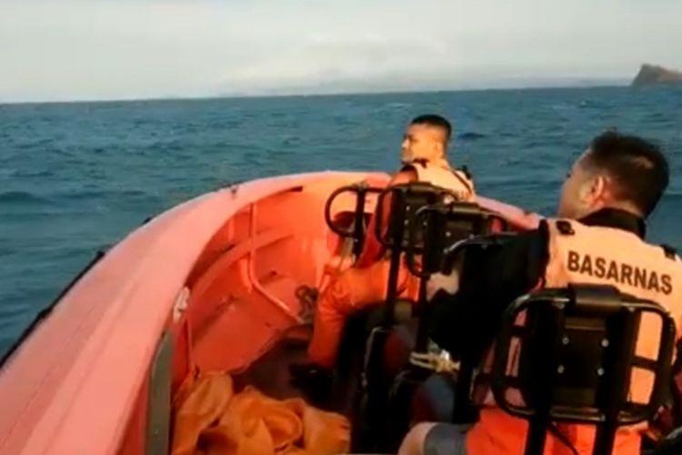 Basarnas Banten melakukan pencarian tiga warga China yang hilang di Perairan Pulau Sangiang Banten, Senin (3/11/2019).