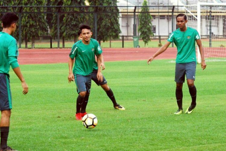 Pemain timnas U-19 Indonesia saat menjalani latihan perdana di Stadion Universitas Negeri Yogyakarta (UNY).