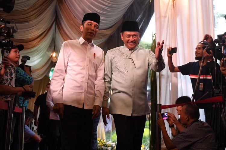 Presiden Joko Widodo (kiri) dipersilahkan oleh Ketua DPR Bambang Soesatyo (kanan) setibanya di rumah dinas ketua DPR untuk berbuka puasa bersama dengan pimpinan lembaga tinggi negara di Jakarta, Senin (13/5/2019). ANTARA FOTO/Akbar Nugroho Gumay/ama.