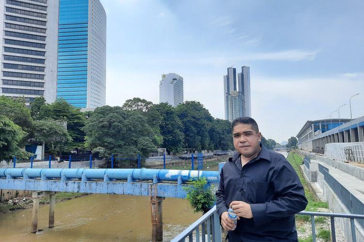 Wakil Ketua Fraksi DPRD DKI PSI Justin Adrian saat meninjau lokasi naturalisasi segmen Shangrilla-Karet, Jakarta Pusat, Rabu (12/2/2020)