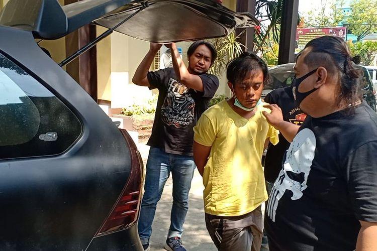 Satu dari tiga pelaku begal mobil rental di Brebes diamankan Tim Resmob Satreskrim untuk dibawa ke Mapolsek Brebes, Selasa (15/9/2020)