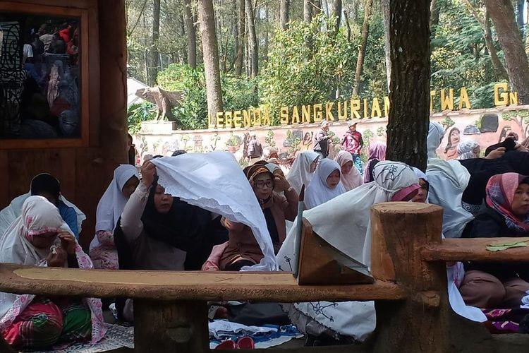 Ratusan pedagang menggelar istigosah dan doa bersama di gerbang TWA Gunung Tangkuban Parahu, Cikole, Lembang, Kabupaten Bandung Barat, Senin (5/8/2019).