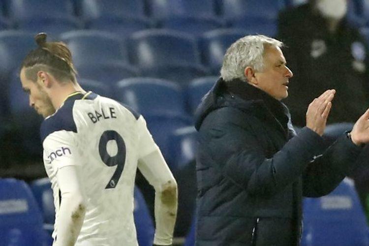 Gareth Bale (kiri) ketika ditarik keluar Jose Mourinho (kanan) pada laga pekan ke-21 Liga Inggris yang memepertemukan Brighton vs Tottenham di Stadion Falmer, Minggu (31/1/2021).