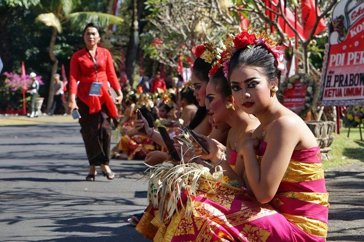 Salah satu penari Bali yang akan menyambut kedatangan Presiden Joko Widodo dan Ketua Umum PDI-P Megawati Soekarnoputri di lokasi kongres ke V PDI-P, Hotel Grand Inna Bali Beach, Kamis (8/8/2019).