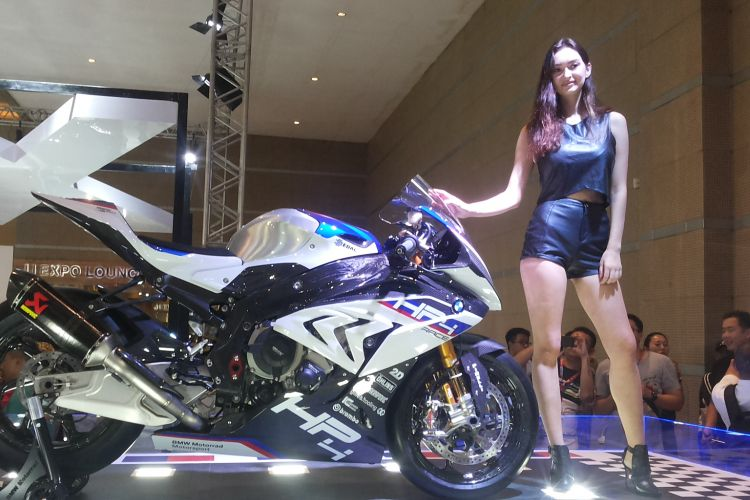 HP4 Race yang diperkenalkan BMW Motorrad di hari pertama ajang Indonesia International Motor Show (IIMS) 2018, di JIExpo Kemayoran Jakarta, Kamis (19/4/2018).