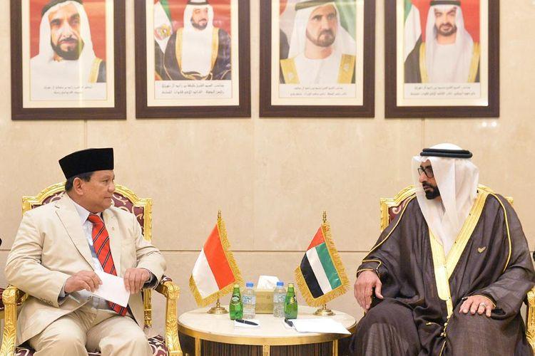 Menteri Pertahanan Indonesia Prabowo Subianto (kiri) diterima Menteri Pertahanan UAE Mohammed Ahmed Al Bowardi saat berkunjung di kantornya di Abu Dhabi, UEA, Senin (24/2/2020).