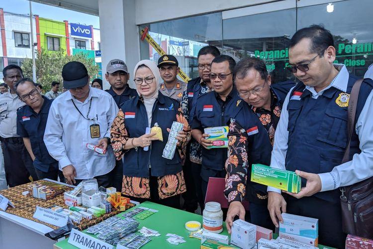 Kepala BPOM, Penny Lukito (berkerudung) saat konferensi pers penyegelan Toko Kosmetik pengedar obat keras di Mall Bandara City Tangerang, Selasa (3/12/2019)