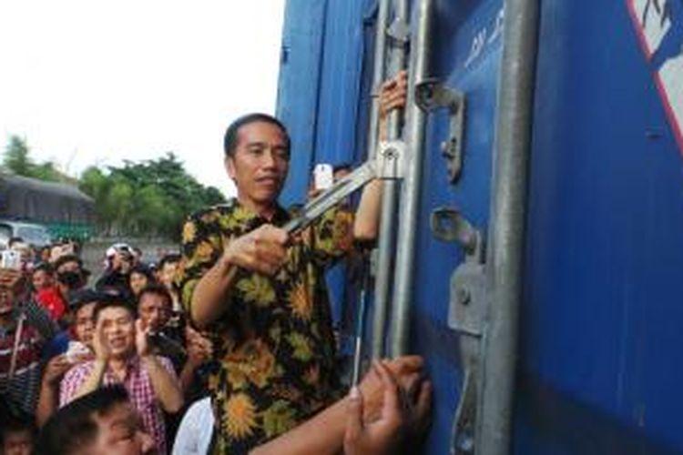 Gubernur Joko Widodo blusukan di Pasar Induk Beras Cipinang, Jakarta, Rabu (28/5/2014).